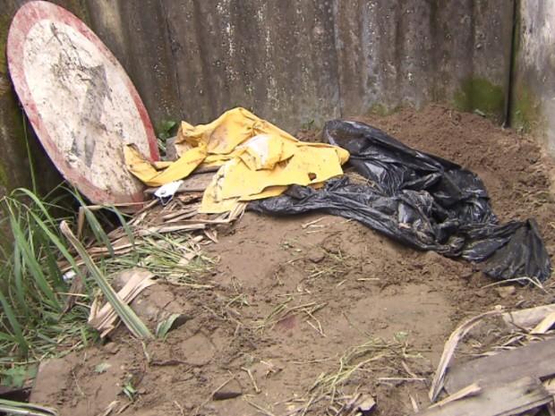 Filha do suspeito foi encontrada enterrada no terreno onde ele trabalhava, em Mongaguá (Foto: Reprodução/TV Tribuna)
