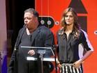 No palco, Fernanda Lima fica sem jeito com elogio de David Brazil