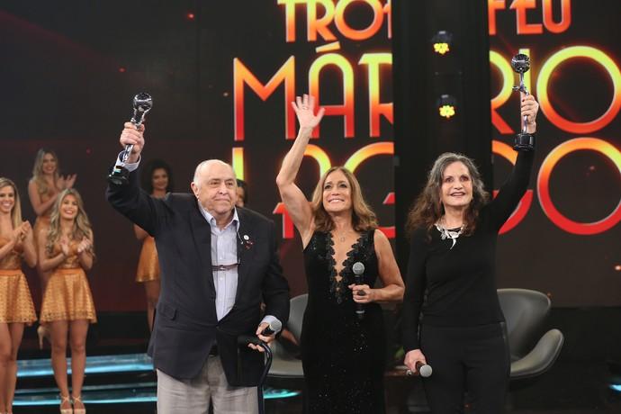Susana Vieira entrega o troféu Mário Lago para Mauro Mendonça e Rosamaria Murtinho (Foto: Carol Caminha/Gshow)