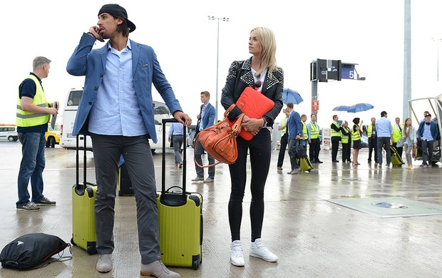 Sami Khedira com a esposa no desembarque da Alemanha (Foto: AFP)