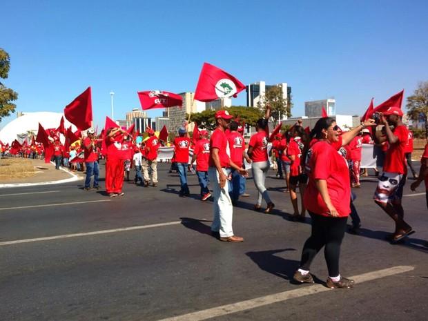 Manifestantes saíram da sede do Incra, no Setor Bancário Norte, atravessaram a N1 e seguiram em marcha pela S1 em direção ao Congresso Nacional nesta sexta (15) (Foto: Raquel Lima/Arquivo Pessoal)