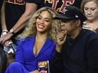 Beyoncé usa terninho decotado para ir a jogo de basquete com Jay-Z