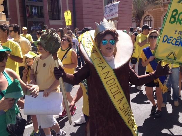 Miss Mandioca - A manifestante desfila de Miss Mandioca, uma alusão ao discurso no qual Dilma elogiou a mandioca brasileira durante uma cerimônia dos Jogos Olímpicos. (Foto: Alana Ritzzo)