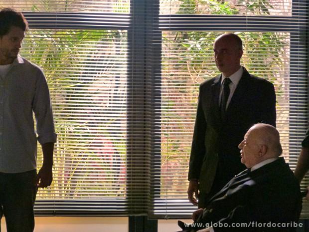 O milionário ameaça o rapaz (Foto: Flor do Caribe/TV Globo)
