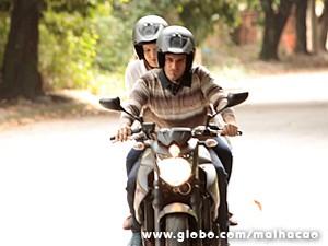 Martin leva Anita para um lugar deserto (Foto: Malhação / TV Globo)