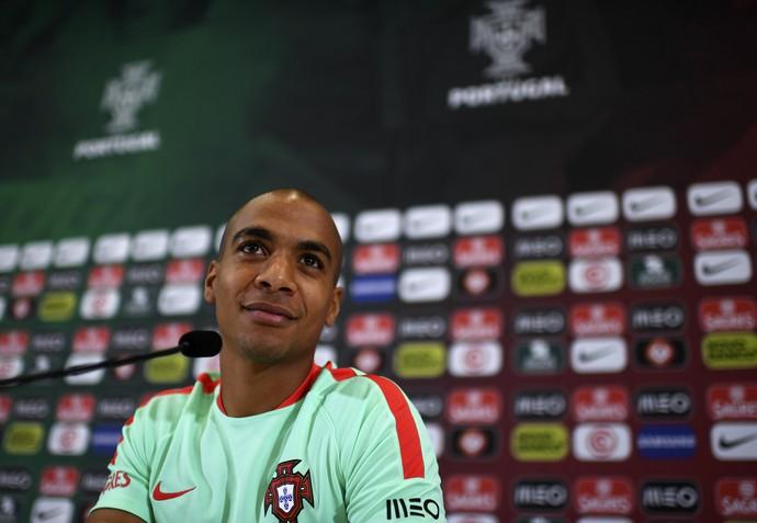 João Mário na entrevista coletiva desta sexta-feira em Marcoussis, concentração da seleção de Portugal (Foto: FRANCISCO LEONG / AFP)
