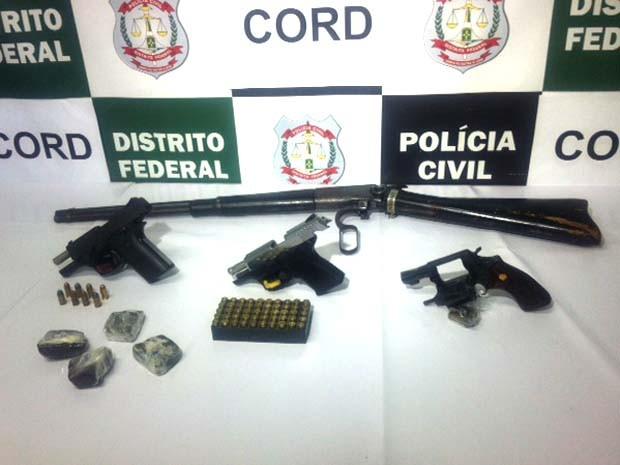Armas de fogo e haxixe foram apreendidas durante operação da Polícia Federal e Polícia Civil nesta quinta-feira (Foto: Isabella Formiga/G1 DF)