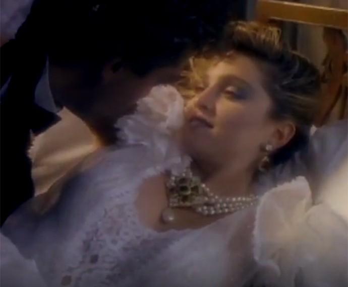 Em Like a Virgin, Madonna aparece vestida noiva, look que se tornou clássico  (Foto: Reprodução)