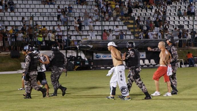 Polícia Militar controla confusão em final do estadual (Foto: Augusto Gomes/GloboEsporte.com)