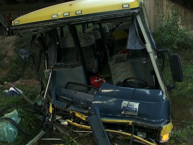Ônibus cai de ponte na BR-101, em Alagoas. (Foto: Reprodução/TV Gazeta)