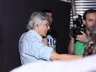 Caetano Veloso faz saída tumultuada após apresentação no Rio