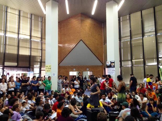 Centenas de pessoas dormiram no prédio da Câmara Municipal de Belo Horizonte. (Foto: Pedro Ângelo/ G1)