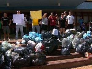 Lixo é deixado por moradores em protesto na prefeitura de Americana (Foto: Reprodução/ EPTV)