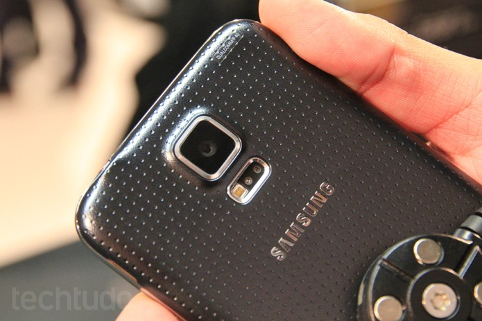 No detalhe, parte traseira do Galaxy S5, da Samsung (Foto: Isadora Díaz/TechTudo)