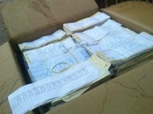 Caixa com envelopes de depósitos preenchidos é descartada no Acre (Foto: Arquivo Pessoal)