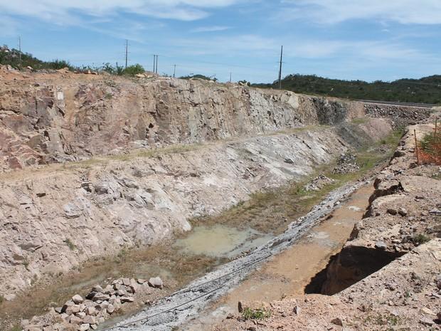 Canal do eixo norte não foi ocncluído em salgueiro (foto: taisa alencar / g1)