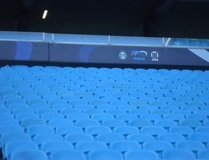 O azul das cadeiras da Arena está descolorindo (Foto: hector werlang/globoesporte.com)