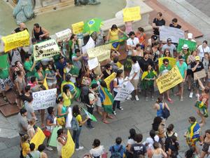 Manifestantes fazem passeata em Bologna, na Itália (Foto: Vanessa Trally Bard/VC no G1)