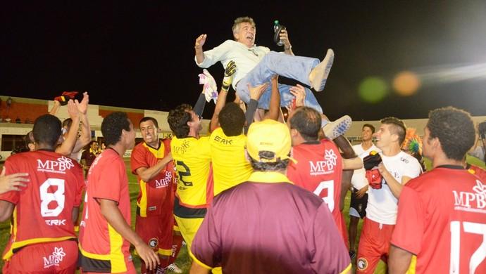Jogadores do Globo FC comemoram ao lado do presidente do clube, Marconi Barretto (Foto: Alcivan Costa/Gazeta do Oeste)