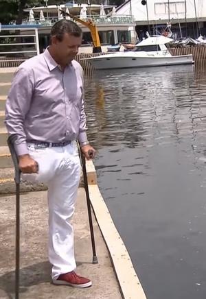 Lars Grael observa a água suja da Baía de Guanabara com tristeza (Foto: Reprodução SporTV)