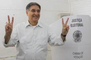 Fernando Pimentel (PT) vota em Belo Horizonte (Foto: Uarlen Valerio / O Tempo / Agência O Globo)