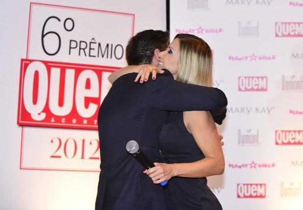 Paula Burlamaqui e Daniel Rocha se abraçam (Foto: Revista QUEM)