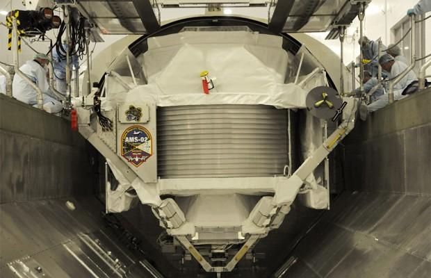 Espectrômetro Alfa Magnético (AMS, na sigla em inglês) antes de ser enviado ao espaço (Foto: Divulgação/Michele Famiglietti/CERN/Nasa)