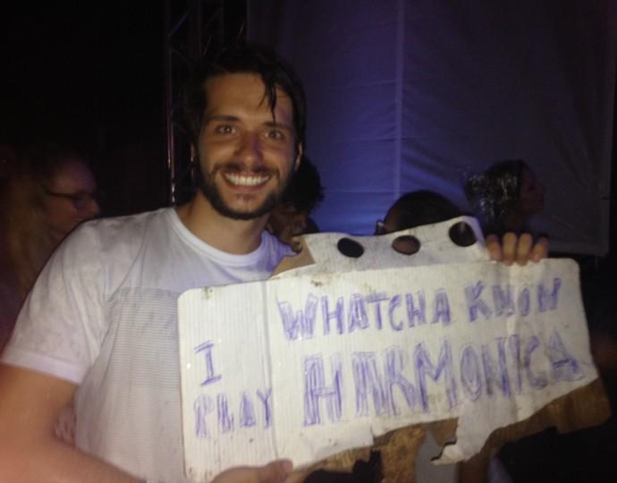 Marcelo Ehlers escreveu em papelão que sabia tocar gaita de boca (Foto: Hygino Vasconcellos/Gshow)