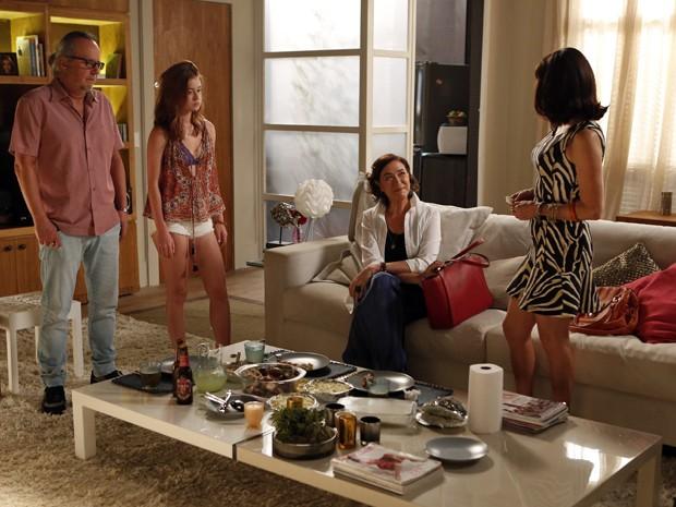 A ricaça se sente a vontade no apartamento de Maria Isis (Foto: Artur Meninea/TV Globo)