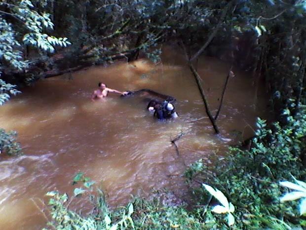 Carro foi encontrado por pessoas que passavam pelo local (Foto: Jodil Duarte/São Lourenço News)