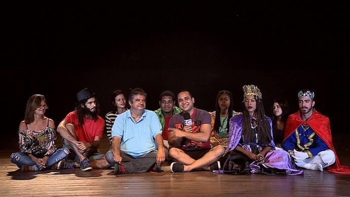 O apresentador Menilson Filho foi conhecer o grupo teatral que é referência artística no Estado  (Foto: TV Sergipe)