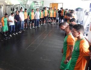 Jogadores do América-MG em oração pelo acidente com a Chapecoense (Foto: Carlos Cruz / América-MG)