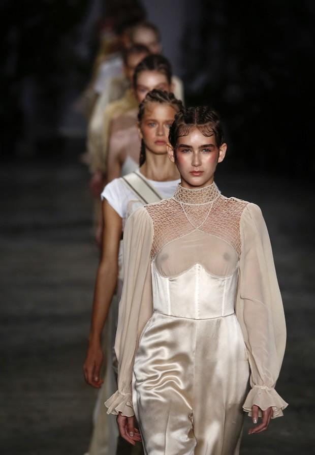Helo Rocha revisita as lingeries e camisolas vitorianas (Foto: Thiago Bernardes / Ed.Globo)