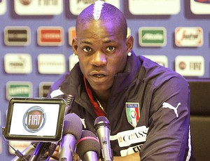 Mario Balotelli na coletiva da seleção da Itália (Foto: AP)
