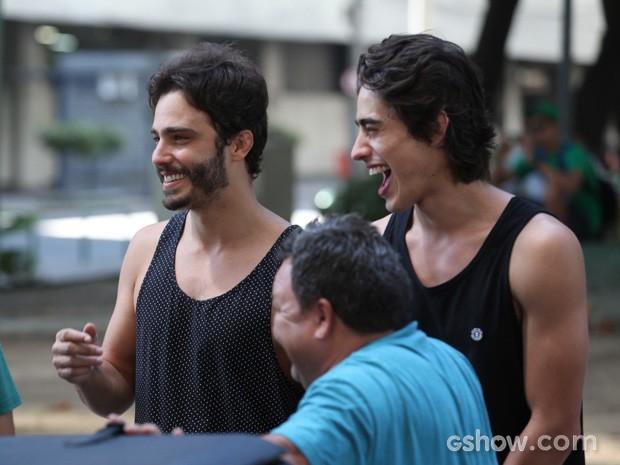 Thiago Rodrigues e Vinícius Tardio se divertem com a equipe técnica (Foto: Além do Horizonte / TV Globo)