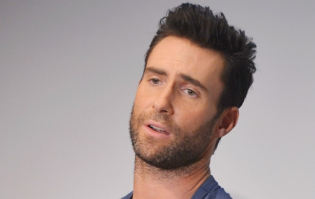 O vocalista do Maroon 5, Adam Levine, deu um basta nas drogas após uma experiência ruim. Ele experimentou Ambien, um sedativo, pediu comida pelo telefone e, quando acordou, estava em cima da mesa. (Foto: Getty Images)