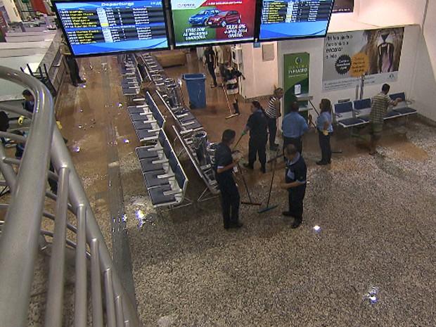 Funcionários limpam o saguão do Aeroporto da Pampulha, em Belo Horizonte (Foto: Reprodução/TV Globo)