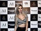 Ex-BBB Tatiele Polyana, solteira, usa look decotado para badalar