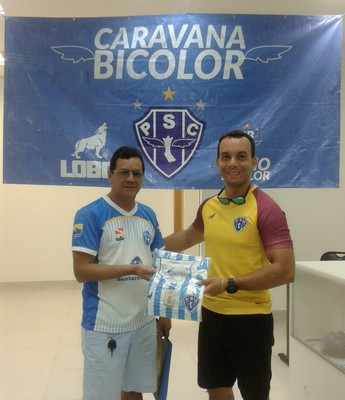 Torcedores de Santarém aproveitaram para adquirir produtos oficiais da marca Lobo (Foto: Evilásio Lisbos/Bicolores do Oeste)