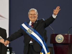 Salvador Sánchez Cerén acena para o público durante sua cerimônia de posse presidencial em San Salvador, em El Salvador (Foto: Jose Cabezas/AFP)