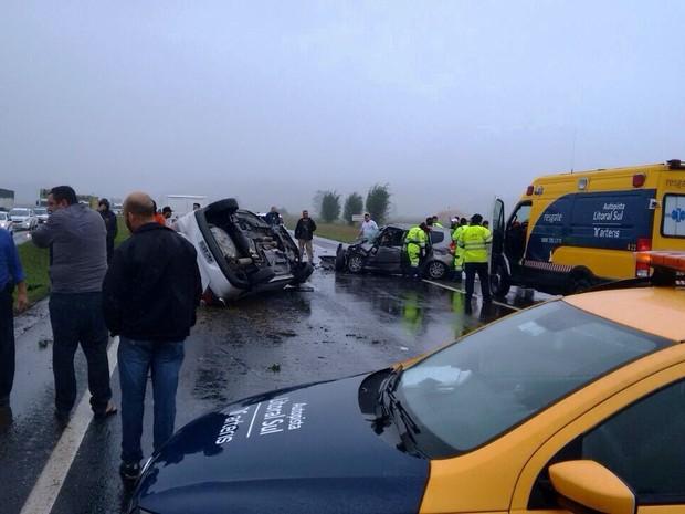 Dois veículos se envolveram no acidente na BR-101 em SC (Foto: Rafael Souto/Divulgação)