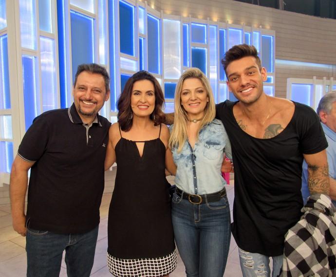 A apresentadora com Lucas Lucco e os pais dele  (Foto: Viviane Figueiredo Neto/Gshow)