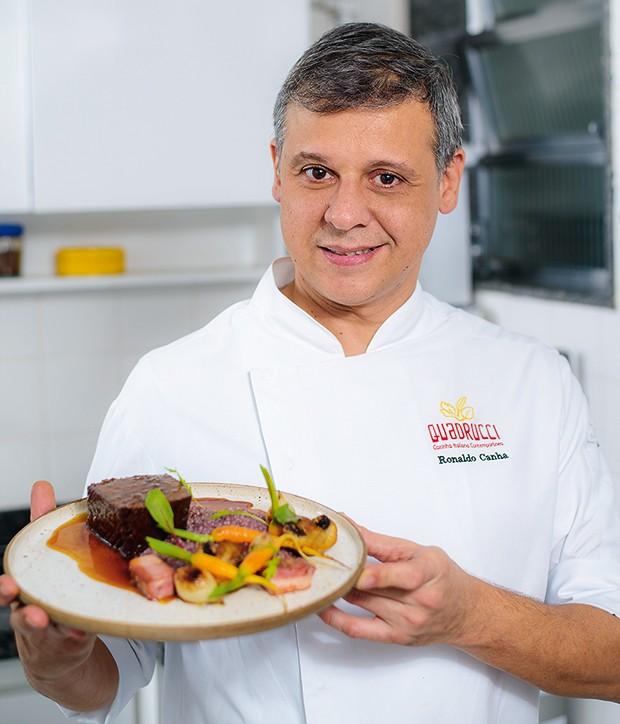 O chef Ronaldo Canha com seu brisket de wagyu assada com risoto de miniarroz à bourguignonne  (Foto: Fabio Cordeiro/Revista QUEM)