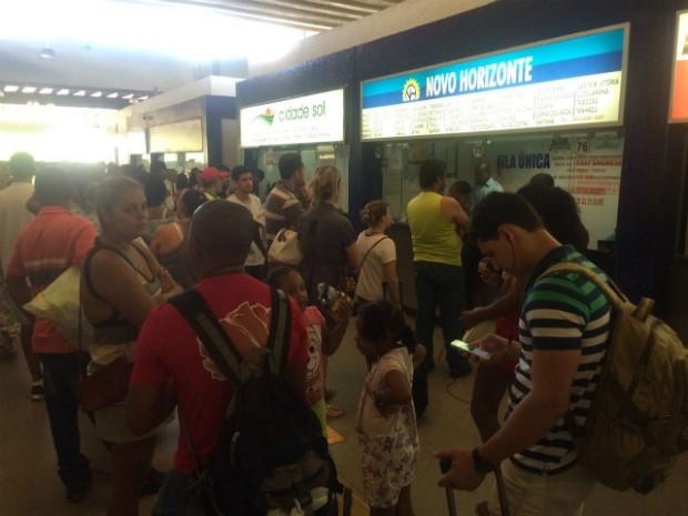 Muita gente deixou para comprar as passagens em cima da hora (Foto: Alan Tiago Alves/G1 Bahia)