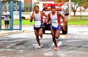 Eliésio Miranda e Nego Leo lideraram a Corrida de Tiradentes, em Palmas (Foto: Samuel Maciel/Divulgação)