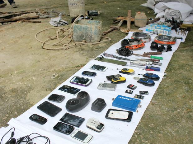 Celulares e pistola foram encontrados durante revista (Foto: Jamile Alves/G1 AM)