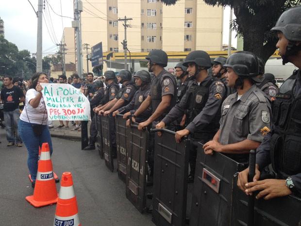 Polícia bloqueia acesso ao estádio antes do previsto (Foto: Cristiane Cardoso/G1)