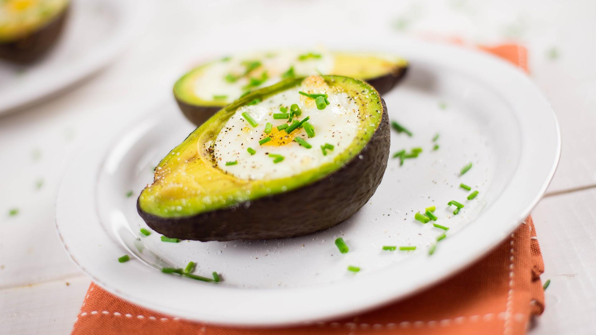 Os ovos cozidos no abacate  (Foto: Divulgação)
