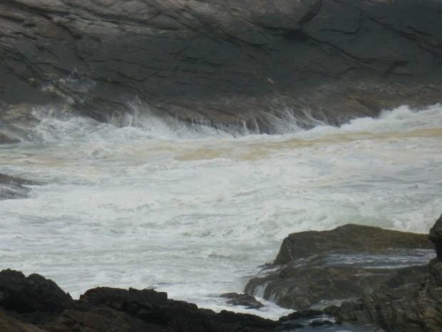 Mancha registrada na praia da Ferradurinha, no íltimo domingo (23) em Búzios, RJ (Foto: Romulo de Souza Mendonça)