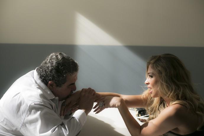 Venturini enche Luciane de carinhos e a pede em casamento (Foto: Raphael Dias/Gshow)